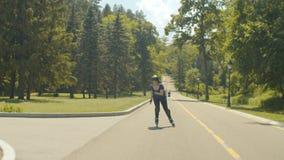 Équitation enthousiaste de rouleau de jeune femme à travers la colline banque de vidéos