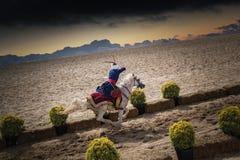 Équitation et tir d'archer de cavalier de tabouret image libre de droits