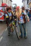 Équitation hippie un vélo et un amour et une paix de propagation Image libre de droits