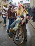 Équitation hippie un vélo et un amour et une paix de propagation Photographie stock
