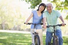 Équitation mûre de vélo de couples Photo stock