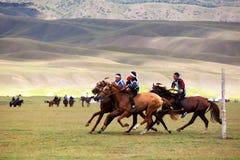Équitation nationale traditionnelle de nomade Images stock