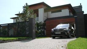 Équitation noire de voiture de maison de luxe Plan rapproché de l'équitation noire de jeep des appartements banque de vidéos