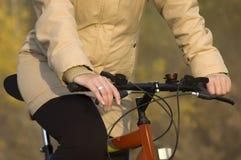 Équitation récréationnelle de bicyclette dans la nature Images libres de droits