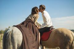 Équitation romantique de couples Photo libre de droits