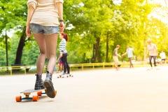 Équitation urbaine de conseil d'adolescente longue Images libres de droits