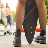 Équitation urbaine de conseil d'adolescente longue Photos stock