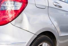 Éraflures et bosselures sur l'automobile argentée après accident image libre de droits