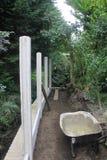 Érection de la clôture en végétation Photos libres de droits