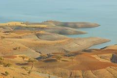 Érosion artistique de terre de la rivière photographie stock