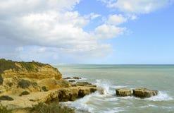 Érosion côtière de plage d'Albufeira Auramar photo stock