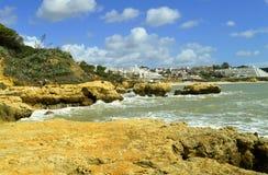 Érosion côtière de plage d'Albufeira Auramar sur la côte d'Algarve photo stock