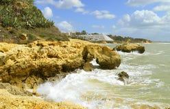 Érosion côtière de plage d'Albufeira Auramar sur la côte d'Algarve image libre de droits