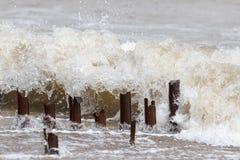 érosion Courriers de brise-lames en métal érodé par une vague de mer image libre de droits