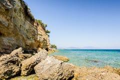 Érosion de mer des falaises rocailleuses sur le littoral rocheux images libres de droits