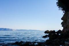 Érosion de mer des falaises rocailleuses sur le littoral rocheux photo libre de droits
