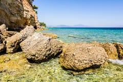 Érosion de mer des falaises rocailleuses sur le littoral rocheux photographie stock