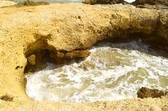 Érosion de roche de plage d'Albufeira Auramar image stock