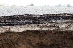 Érosion du sol sous la route images stock