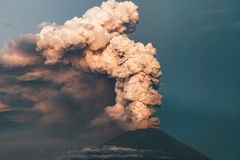 éruption Clubs de fumée et de cendre dans l'atmosphère photos libres de droits