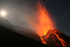 Éruption de pleine lune, Stromboli Photographie stock libre de droits