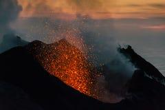 Éruption de Stromboli au coucher du soleil Images stock
