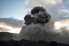 Éruption de support Yasur au coucher du soleil Photographie stock libre de droits
