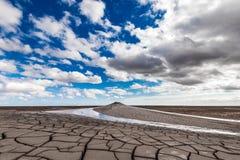 Éruption de volcan de boue, phénomène naturel photo libre de droits