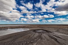 Éruption de volcan de boue, phénomène naturel image stock