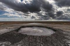 Éruption de volcan de boue, phénomène naturel photographie stock libre de droits