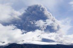 Éruption de volcan en cendre de l'Islande et ciel bleu Image stock