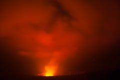 Éruption de volcan la nuit photo stock