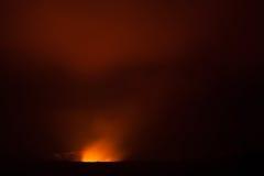 Éruption de volcan la nuit photo libre de droits