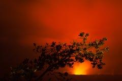 Éruption de volcan la nuit photos libres de droits