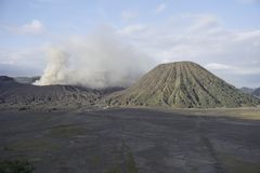 Éruption du volcan de Bromo images stock