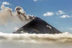 éruption Explosif-expansive de volcan de Klyuchevskoy sur le Kamtchatka images stock