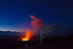 Éruption la nuit photos libres de droits
