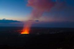 Éruption la nuit photographie stock