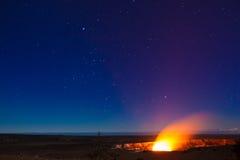 Éruption la nuit photo libre de droits