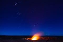 Éruption la nuit images stock