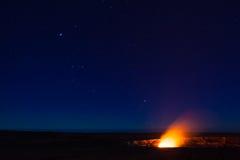 Éruption la nuit photographie stock libre de droits