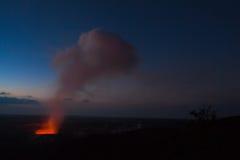 Éruption la nuit photo stock