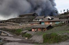 Éruption volcanique dans la ville de Cemoro Lawang sur Jawa en Indonésie Image libre de droits