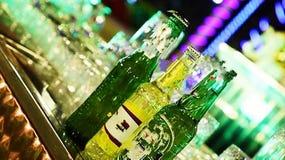 Ésta es la foto de botellas de vino en la tabla que parece hermosa foto de archivo