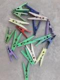 Ésta es la foto de las pinzas que miran hermosa en diversos colores imagen de archivo libre de regalías