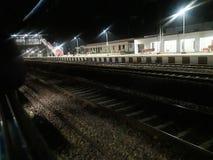 Ésta es la foto de la pista ferroviaria en la noche que parece fabulosa imagen de archivo