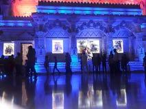 Ésta es la foto del templo en gente vrindavan está en las fotos foto de archivo