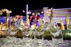 Ésta es la hermosa vista de los vidrios adornados en la tabla que mira el ossam foto de archivo libre de regalías