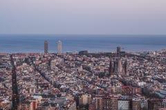 Ésta es la vista espectacular de Barcelona, España Casi es nightime imagenes de archivo