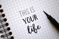 ÉSTA ES SU VIDA mano-indicada con letras en cuaderno foto de archivo libre de regalías